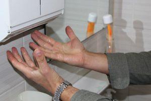 Händetrockner Papierhandtuchspender leer